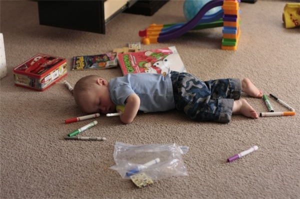 Ây da, hoạt động nghệ thuật nhưtô màu thôi cũng làm con mệt mỏi lắm mẹ biết không? Để con ngủ một chút rồi con lại chăm chỉ tiếp nha mẹ.
