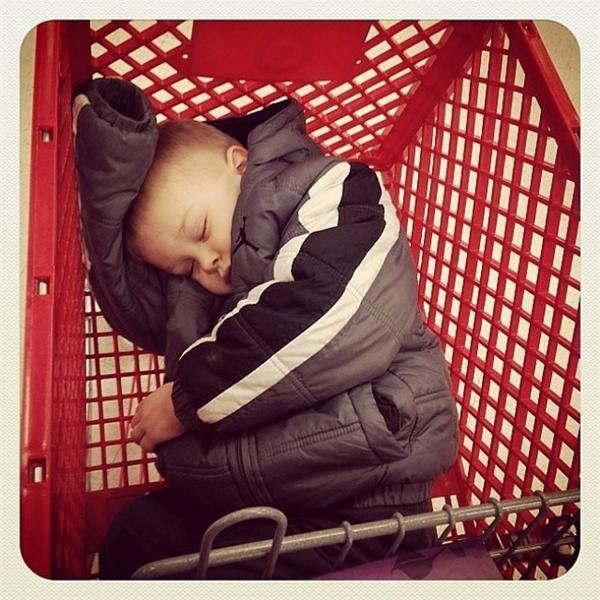 Chờ mẹ lựa đồ lâu quá, con lỡ ngủ quên trong xe đẩy hàng của siêu thị luôn rồi.