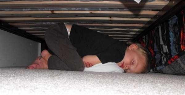 Con không sợ con ngáo ộp dưới gầm giường đâu nhé. Mẹ không tin thì xem con ngủ ngon lành dưới gầm giường đây này.