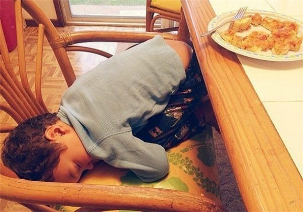 Việc nhai khiến con mệt dữ lắm, con ngủ một xíu rồi lại dậy ăn tiếp nha mẹ.