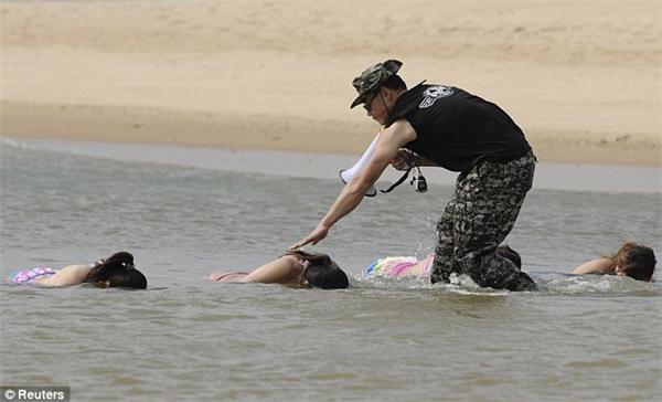 ... mà hằng ngày còn phảiluyện tập khả năng nhịn thở dưới nước và kĩ năng xử lí khi bị địch thủdìm xuốngnước.