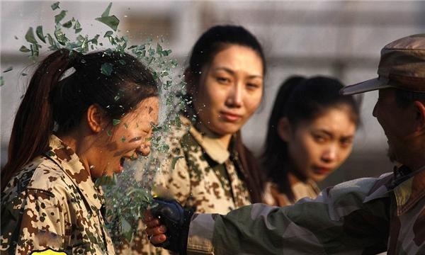 Các nữ học viên phải đối mặt với việc bị đập vỏ chai thủy tinh vào mặt...