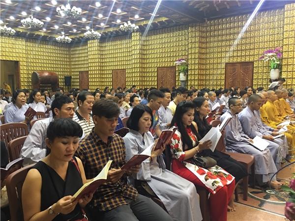 Đông đảo nghệ sĩ và người dân đã tham gia cầu nguyện cho Minh Thuận mau hồi phục. - Tin sao Viet - Tin tuc sao Viet - Scandal sao Viet - Tin tuc cua Sao - Tin cua Sao