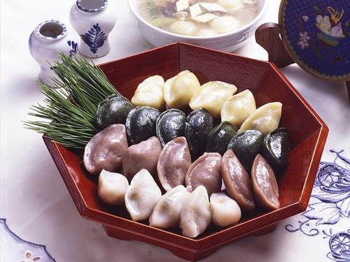 ...và ăn bánh Songpyeon vào đêm Trung Thu.