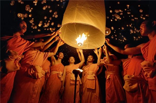 Người Thái Lan gửi lời ước nguyện trong những chiếc đèn lồng.