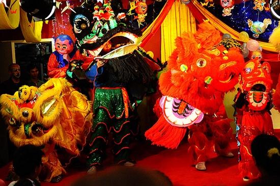 ...múa lân là những hoạt động phổ biến trong tết Trung Thu Việt Nam.
