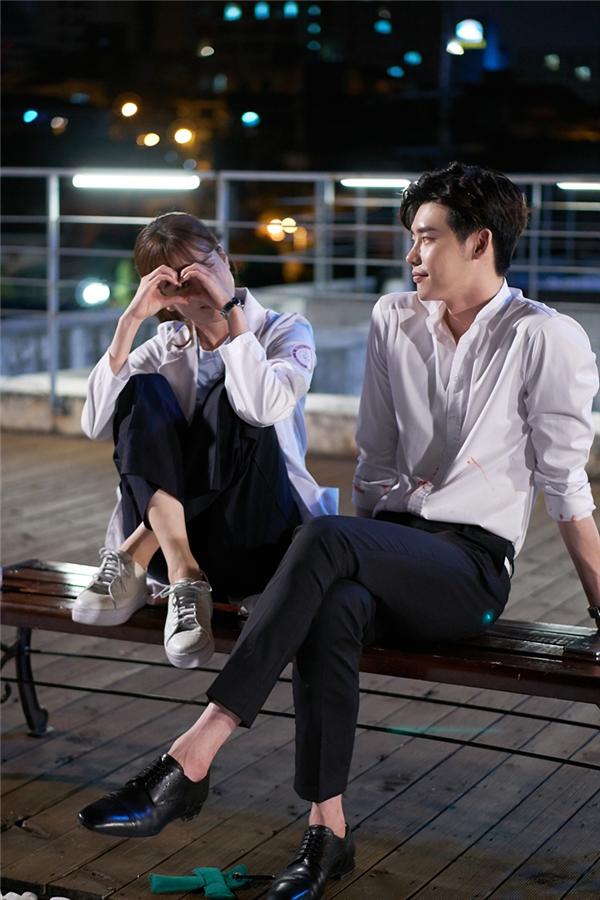 Dù trên phim hay ngoài đời, Lee Jong Suk và Han Hyo Joo vẫn rất tình tứ khi ở bên cạnh nhau.