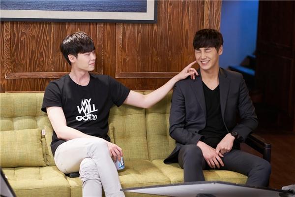 """""""Cặp đôi"""" giám đốc Kang Chul và chàng vệ sĩ Yoon Do cũng nhận được không ít tình cảm của khán giả."""