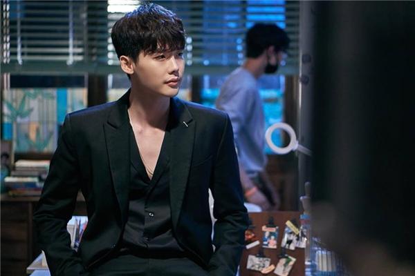 Lee Jong Suk điển trai hoàn hảo như tranh vẽ bất kể là trong thế giới W hay ngoài đời thực.
