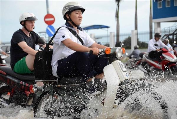 """""""Nhập gia tùy tục"""", anh Tây đã luyện được tuyệt chiêu đi xe mùa nước ngập."""
