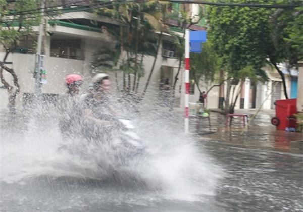 Phi xe trong làn nước khiến anh cảm thấy thật ngầu.