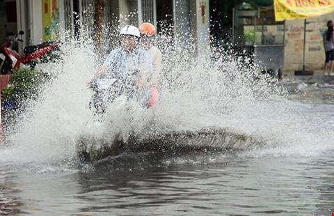 Dù trời không mưa thì vẫn nên mặc áo mưa trước khi ra đường.