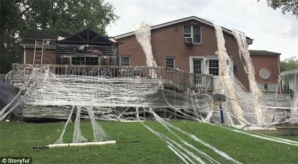 Toàn bộ ngôi nhà đã được phủ kín bằng băng keo trong.