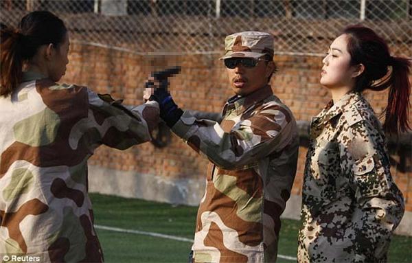 Họ được huấn luyện cách tự vệ và phản công khi bị đối phương tấn công bằng dao, súng,..