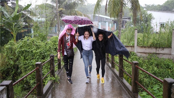 Mặc trời mưa to, nữ đại gia 29 tuổi vẫn vui vẻ dầm mưa để vào thăm nhà nhân vật có hoàn cảnh khó khăn. - Tin sao Viet - Tin tuc sao Viet - Scandal sao Viet - Tin tuc cua Sao - Tin cua Sao