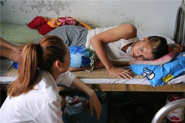 Không chỉ đến thăm, tặng quà và trao tặng số tiền nho nhỏ trợ giúp cho các nhân vật, Minh Hằng còn ra lời kêu gọi khán giả chung tay giúp sức trên trang cá nhân của cô. - Tin sao Viet - Tin tuc sao Viet - Scandal sao Viet - Tin tuc cua Sao - Tin cua Sao