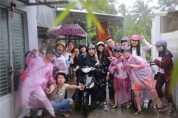 """Nữ ca sĩ xinh đẹp không ngần ngại mặc áo mưa và """"cưỡi"""" xe máy đi vào các vùng sâu, vùng xa để tặng quà cho bà con nghèo. - Tin sao Viet - Tin tuc sao Viet - Scandal sao Viet - Tin tuc cua Sao - Tin cua Sao"""