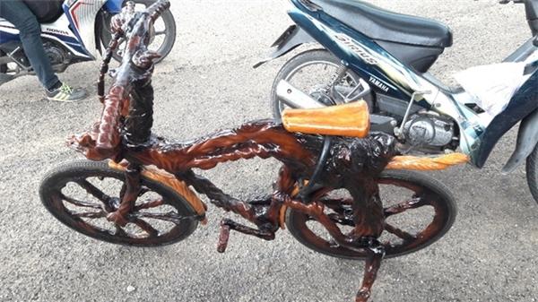 """Không chỉ hoàn thiện chiếc xe của mình, ông còn khoác """"tấm áo gốc cây""""cho chiếc xe đạp của cậu con trai."""