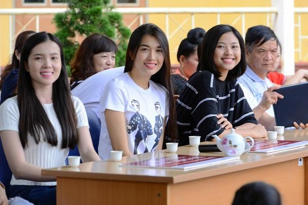 Ba người đẹp đã kêu gọi các Mạnh Thường Quân chung tay để tặng 1.500 cuốn vở, 300 bánh trung thu, 250 áo khoác và 30 triệu đồng tiền mặt cho học sinh dân tộc thiểu số.