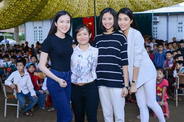 Ba người đẹp được đông đảo thầy cô và học sinh Sơn La đón tiếp.