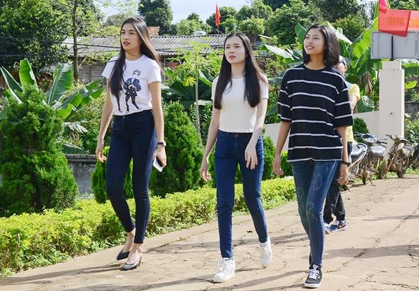 Dù phải di chuyển hàng trăm cây số đường núi khá vất vả, bộ ba người đẹp vẫn tươi tắn khi xuất hiện tại ngôi trường thuộc xã Chiềng Sung và Chiềng Đen – tỉnh Sơn La.