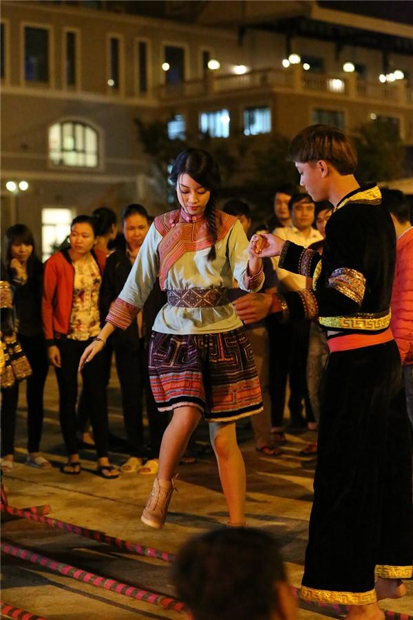 Buổi tối, đoàn đốt lửa trại và giao lưu văn hóa với người bản xứ. Mỹ Linh không ngại ngầnhòa mình vào không khí sôi nổi, tham gia múa hát chung vui với mọi người.