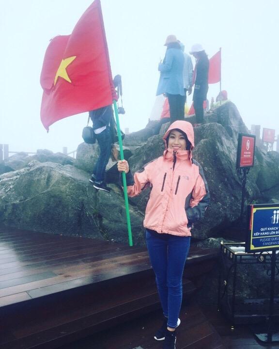 """Ngày hôm sau, đương kim Hoa hậu Việt Nam cùng đoàn đi lên đỉnh Fansipan. Vì thời gian ghi hình gấp rút nên đoàn buộc phải sử dụng cáp treo để leo lên """"nóc nhà Đông Dương"""". Tuy vậy, người đẹp cũng phải leo 600 bậc cầu thang để lên tới đỉnh núi."""