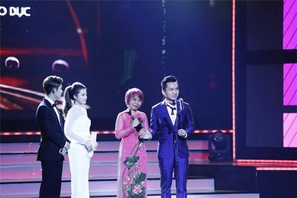 MC Hạnh Phúc trong niềm vui nhận giải thưởng Chương trình Ấn tượng nhất VTV Awards - Tin sao Viet - Tin tuc sao Viet - Scandal sao Viet - Tin tuc cua Sao - Tin cua Sao
