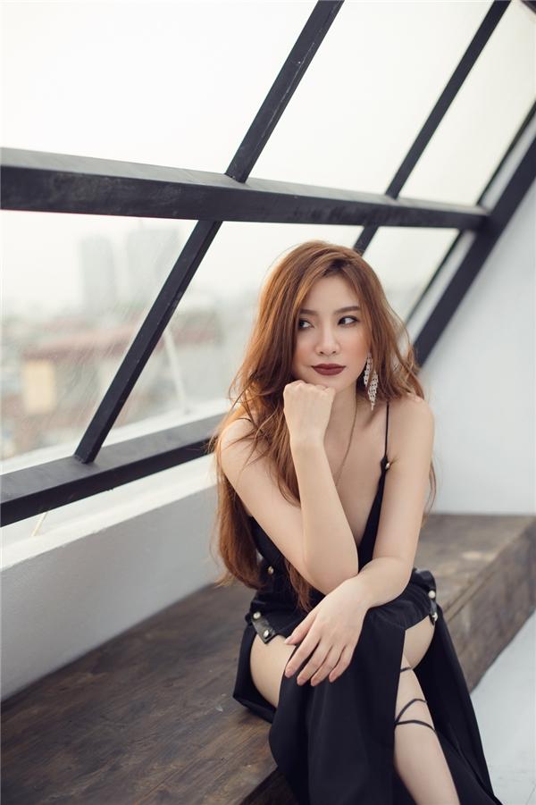 Ngoài sự đầu tư về các cảnh quay, Hạnh Sino cũng chăm chút trong phần trang phục trong MV với sự hỗ trợ những nhà thiết kế có tiếng như Lâm Gia Khang , Liveevil,…