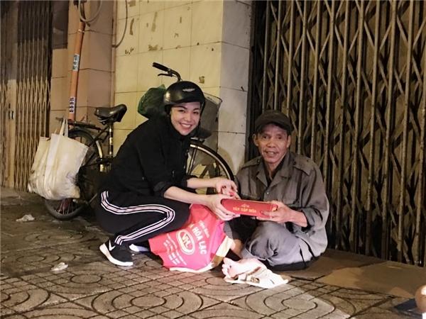 Cùng đồng hành với Ngọc Trinh trong buổi từ thiện còn có sự tham gia của người mẫu Trà Ngọc Hằng. - Tin sao Viet - Tin tuc sao Viet - Scandal sao Viet - Tin tuc cua Sao - Tin cua Sao