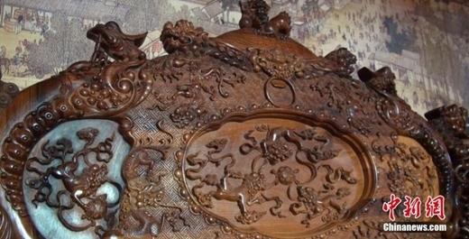 Hoa văn cầu kì và tinh xảo được điêu khắc tỉ mỉ.