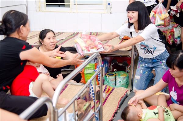 Hạ Vy chuẩn bị rất nhiều phần quà gồm kẹo, bánh ngọt, bánh trung thu cho các em nhỏ tại bệnh viện. Cô luôn tươi cười, mang đến bầu không khí náo nhiệt cho các em.