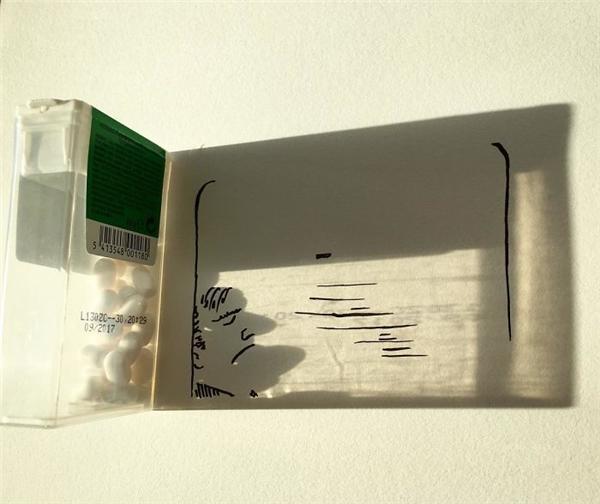 Cái bóng của hộp kẹo ngậm trong ánh nắng chiềuvừa khớp để tạo thành khung cửa sổ trên một con tàu.