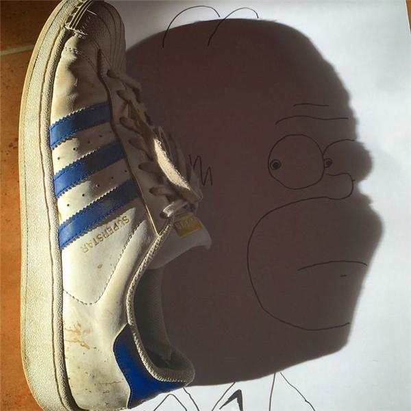 Chỉ với một chiếc giày và vài nét vẽ đơn giản là bạn đã có ngay khuôn mặt của Homer Simpson rồi.