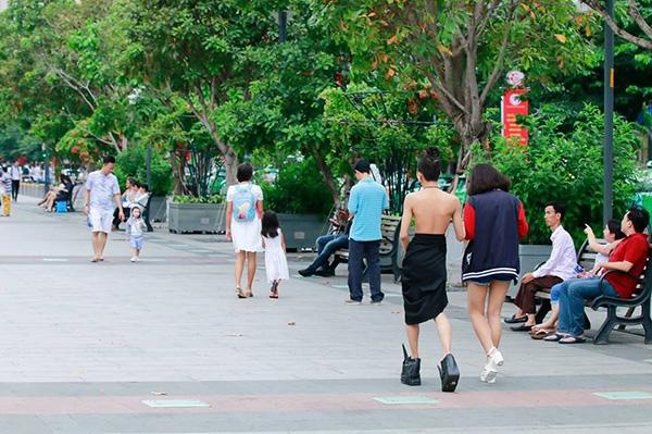 Hình ảnh của Xuân Vinh làm xôn xao cả tuyến phố đi bộ.
