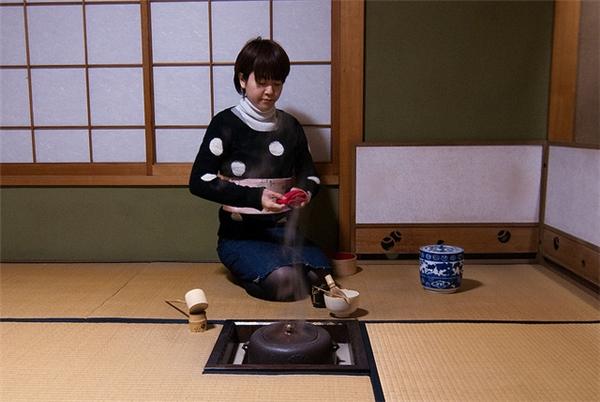 Ngồi trên sàn nhà là một văn hóa có từ rất lâu đời tại Nhật Bản. Nguồn ảnh: unmissablejapan