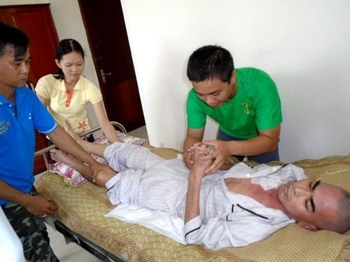 Ngoài ra,gia đình cònthuê ngườichăm sóc trực tiếp cho Nguyễn Hoàng. - Tin sao Viet - Tin tuc sao Viet - Scandal sao Viet - Tin tuc cua Sao - Tin cua Sao