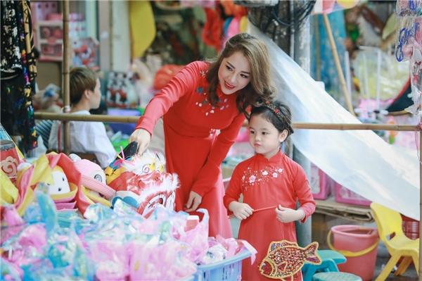 Trước đó, trong một bài phỏng vấn, Lan Phươngtừng bày tỏ quan điểm về việc yêu thương và chăm sóc con gái khiến không ít người ngưỡng mộ.