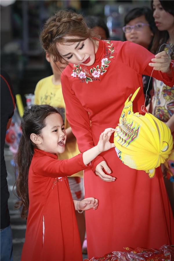 Dù bận rộn với công việcnhưng hằng ngày, Lan Phương luôn dành khoảng thời gian nhất định để vui chơi cùng con. Những dịp đặc biệt hay ngày lễ, nữ MC xinh đẹp của VTV cũng luôn muốn tạo cho con những kỉ niệm tuổi thơ đẹp nhất.