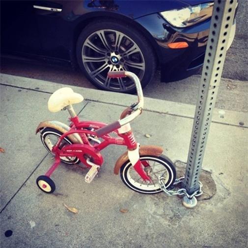 """""""Xe của bố bị chôm thìcon cũng phải đề phòng, cảnh giác với """"con xế"""" của con mới được. Thiếu nó con không thể nào lượn lờ trong xóm với lũ bạn được""""."""