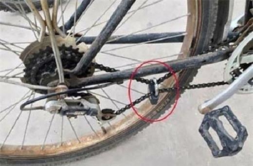Khóa bánh xe đã xưa rồi, bây giờ khóa dây sênmới là mốt nhé. Thách têntrộm có giỏi cỡ nàocũng không thể mang chiếcxe đi với dây sên bị khóa thế này.