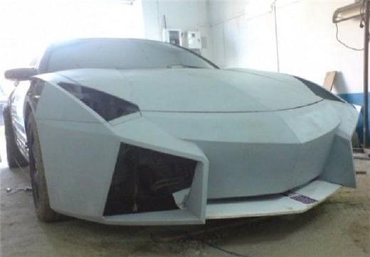 Chiếc xe bắt đầucó ngoại hình giống như chiếcLamborghini Reventon mà anh mơ ước.