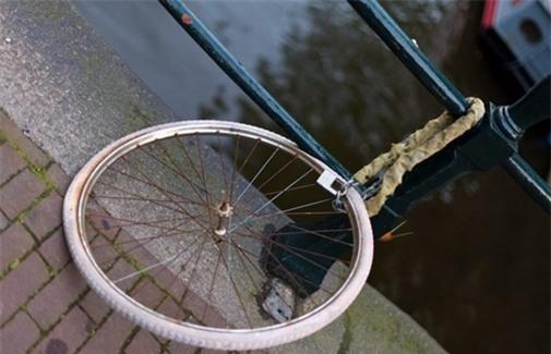 Dù chỉ là một cái bánh xe nhưng cũng là một món tài sản vì vậy mà đừng quên khóa lại cẩn thận nhé.