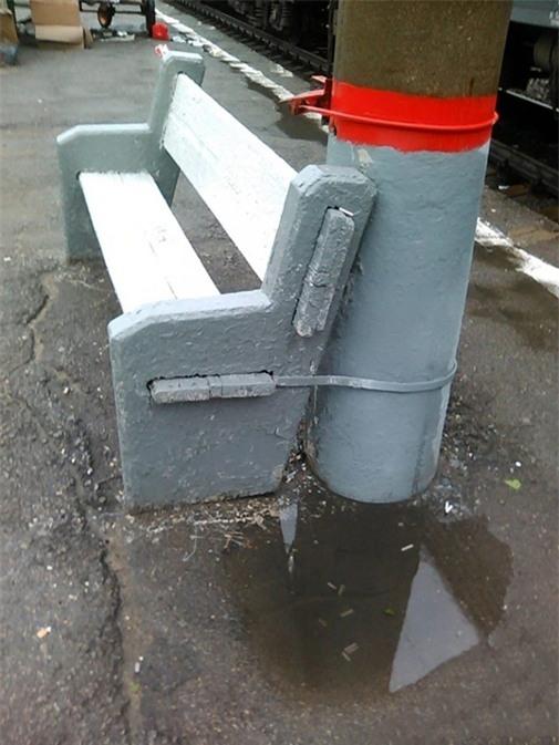 Đồ đạc công cộng là những thứ hay bị mất trộm nhất. Vậy nên tốt nhất khóa vào cột điện cho chắc.