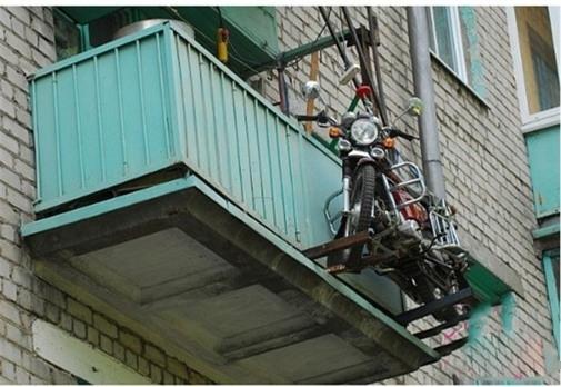Có lẽ trộm phải mang theo thang mới có thể trèo lên mà lấy chiếc xe này.