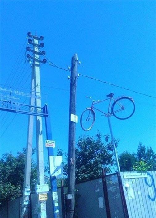Không hiểu chủ nhân dùng cách gì để có thể treo chiếc xe đạp lên cao như thế này.