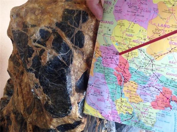 Làngười thích nghiên cứu phong thủynênkhi lờ mờ nhận ra mình đang sở hữumột viên đá giá trị, ông Nhànđã chụp ảnh và đăng tải trên mạng giới thiệu.