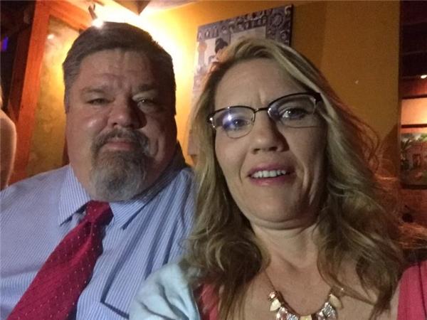 Tấm hình vợ chồng ông chụp trước lễ cưới của con gái một ngày.(Ảnh: Internet)