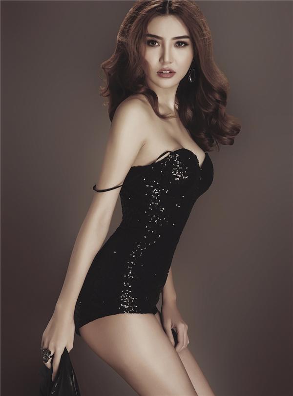 Giải đồng Siêu mẫu Ngọc Duyên gợi cảm với váy áo táo bạo