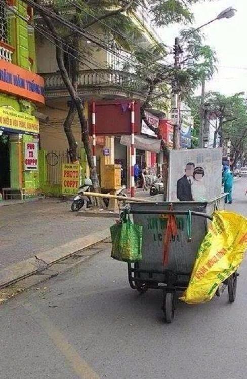 """Nhìn vào tấm ảnh """"vi hành""""trên xe rác, nơi vệ đườnghay ngoài bãi sông, dễ dàngđoán định cuộc hôn nhân ấy đã trôivề đâu."""